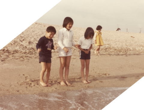 渚に並ぶ子どもたち