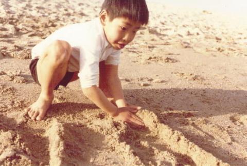 砂で遊ぶ子ども