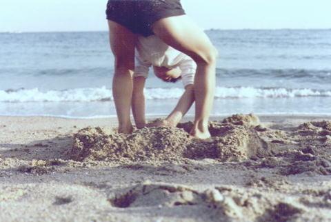 砂を掘る子ども